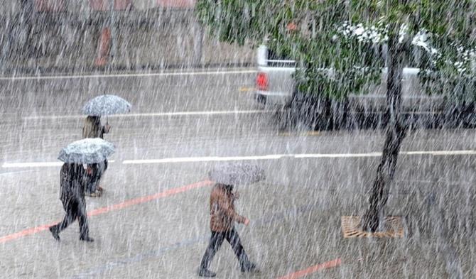 METEOROLOJİ UYARMIŞTI: BEKLENEN YAĞIŞ İSTANBUL'DA BAŞLADI !